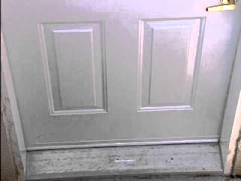 installation de bas de porte en forme de u en vinyle