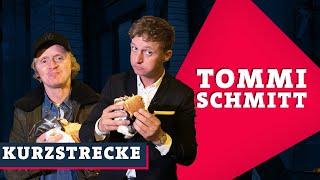 Pierre empfängt den preisträger des deutschen comedypreises tommi schmitt an seinem großen abend. erfolg feiern die beiden ganz légère bei einem döner......