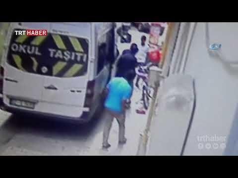 Hareket halindeki minibüsten inmeye çalışan öğrenci, büyük tehlike atlattı