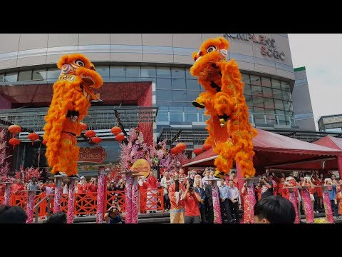 CNY 2018 ~ Acrobatic Lion Dance (múa lân 跳高樁舞獅) by Selayang