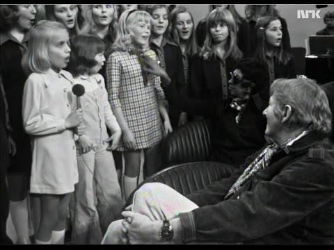 12 år og solist i Erik Bye program med NRKS jentekor i bakgrunnen