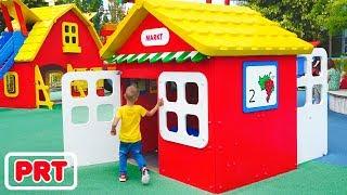 Parque de diversões enorme para crianças Vlad e Nikita se divertem