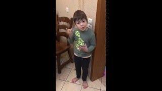 Мальчик защищает мышь и ругает папу