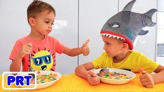 Vlad e Nikita brincam com brinquedos na escavadeira
