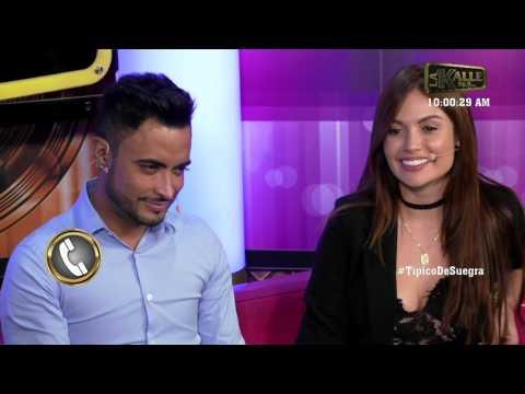 Jhon Tales y  Jhon Alex Castaño charlando con Sara Uribe