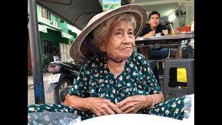 Cụ bà 91 tuổi còng lưng bưng thau xôi đi bán kiếm tiền mưu sinh