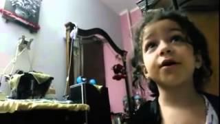 بتحاول تقنع والدها أنها مش بتحط رووج