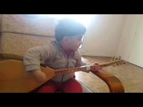 طفل كردي يعزف على البزق thumbnail