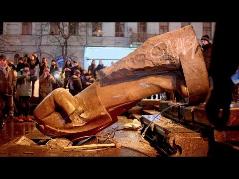 Lenin Statue Toppled B...