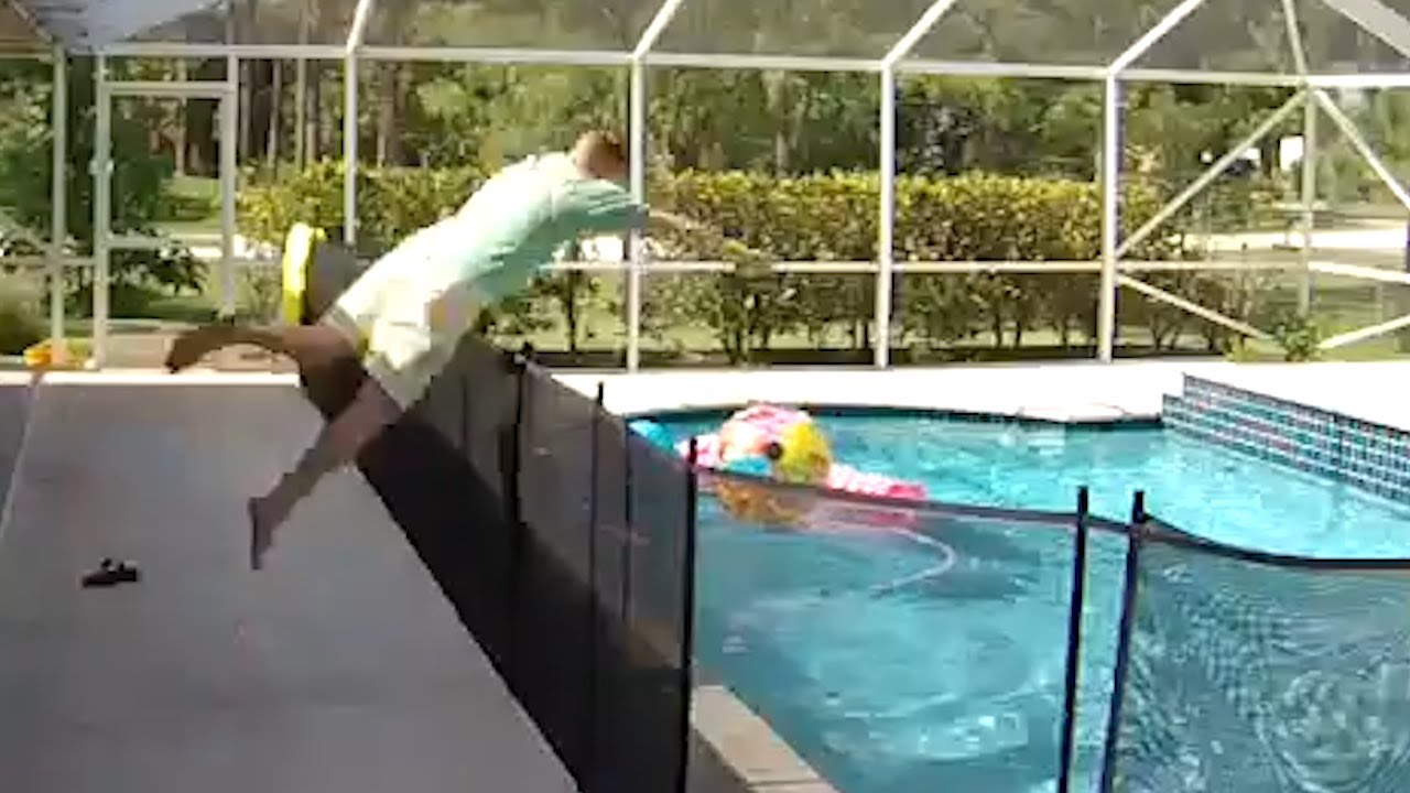 Татко скока на глава во базен преку ограда за да го спаси синот