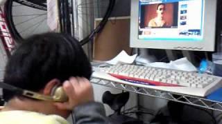 3歳の息子。ポールのつもりで熱唱中です。