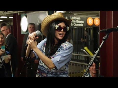 """Miley Cyrus Y Jimmy Fallon Cantan """"Party In The USA"""" Camuflados En El Metro De NYC"""