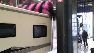 Wohnwagen in der Lkw Waschstrasse