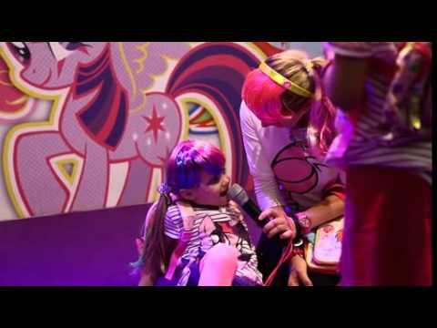 My Little Pony macht aus Spielwarenmesse einen Ponyhof / Komikerin Mirja Boes mit My Little Pony auf der PressPreview