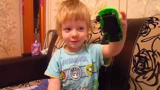 Игра с подъемным краном. Видео, как дети играют в машинки.