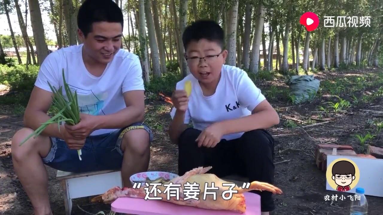 农村小飞阳:野外俩农村小伙挖灶坑烤啥?啤酒小烧烤嗨翻,吃得嘴丫子雀黑