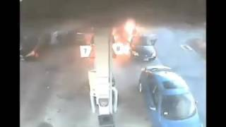 """""""فيديو"""" شاهد إمرأة شجاعة أنقذت طفلاً من سيارة محترقة بعد اصطدامها بخزان وقود"""