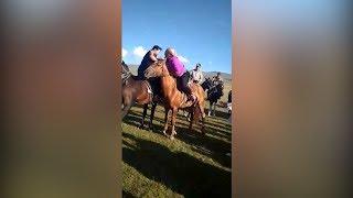 Эжешки не промах! Видео борьбы кыргызстанок на лошадях завоевывает соцсети