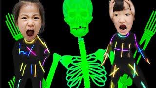 야광봉 놀이를 하는데~~ 서은이의 야광봉 놀이중 해골 정체는? Skeleton during luminous rod play Seoeun Daily Story
