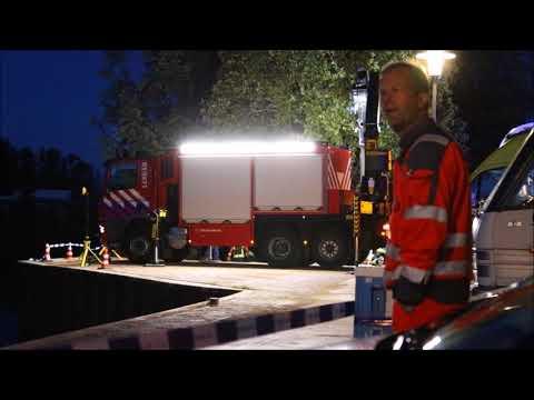 Grote hulpverlening bij auto te water Havenkade Assen