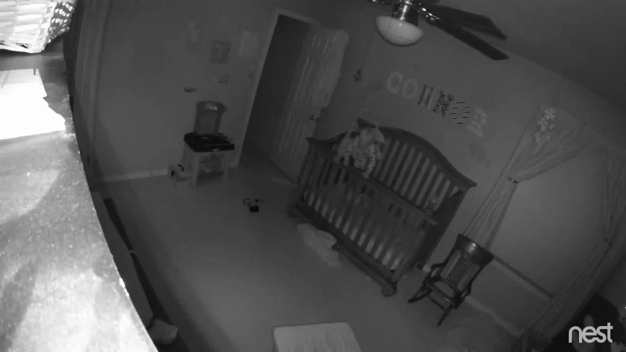 最新心霊映像。生後間もない赤ちゃんが悪魔に憑りつかれベットのフレームまで登り…「立つはずがない」と母親の声。