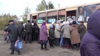 При посадке в автобус бабушка превращается в бульдозер. Лесосибирск бойня за место в автобус.