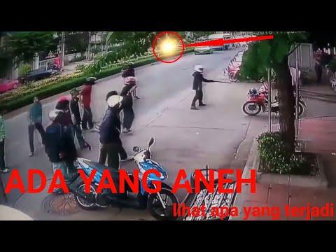 DETIK-DETIK Gangster dihadang warga saat beraksi thumbnail