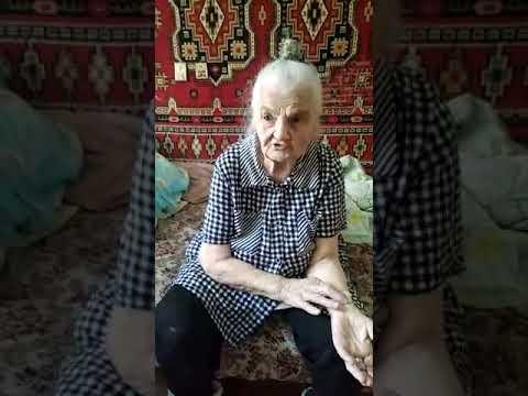 Бабушка читает мудрый стих