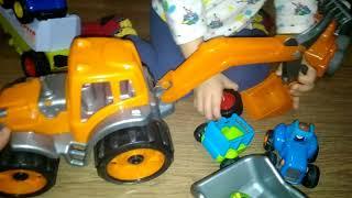 ► Мальчик играет оранжевым экскаватором и грузит им машинку, при цеп и колесо в игрушечный самосвал