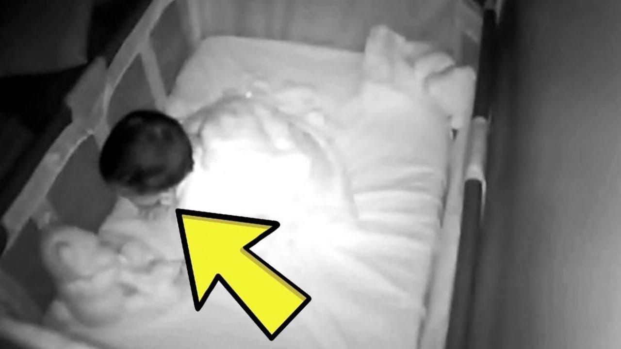 Moeder hoort Gekrijs uit Babyfoon, Ze Stormt naar Binnen en doet een Ijzingwekkende Ontdekking