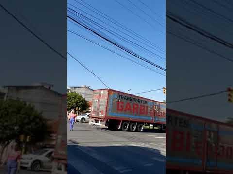 Camión provocó demoras en el tránsito, arrastró el cableado aéreo