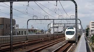 祖師ヶ谷大蔵駅を通過する小田急ロマンスカー50000形「VSE」の50002Fと2000形