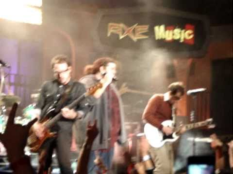 Weezer-Perfect Situation live featuring Jorge Garcia (Hurley) from Lost