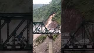 उत्तराखंड के पिथौरागढ़ में भूस्खल का दिल दहला देने वाला लाइव वीडियो, देखिये कैसे गिरा भारी भरकम पहाड़