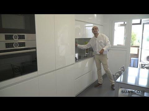Cocina peque a blanca con zona de lavanderia perfil for Muebles de cocina suarco