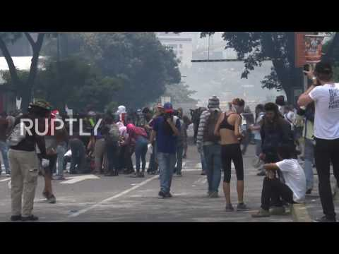 Venezuela: One dead during clashes between anti-gov't protesters and police in Caracas