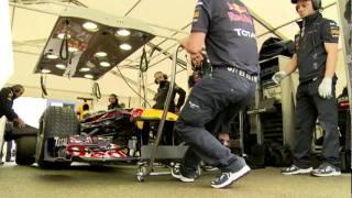 ジャン-エリック・ベルニュがレッドブルRB7をドライブ