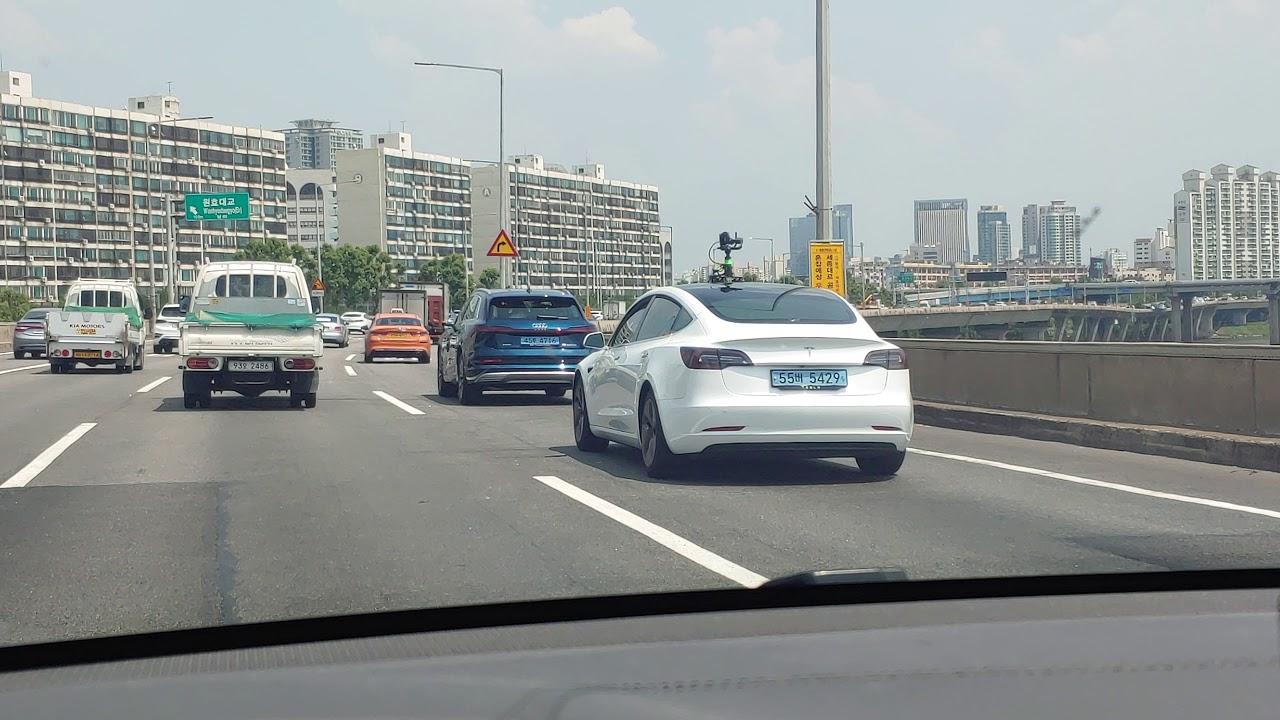 강변북로에 아우디 이트론과 테슬라 4대가 나란히 주행을 하고있는 멋진모습입니다. 이트론 모델3 외형비교.