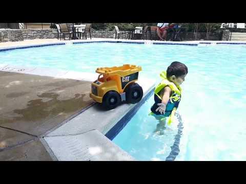 CAMALIN OYUNCAK KAMYONU HAVUZA DÜŞTÜ(Fun Kids Video)