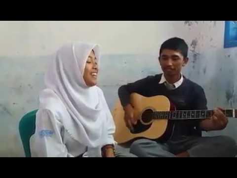 Cewek Berjilbab nyanyi Lagu Batak Keren