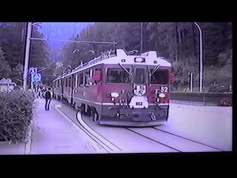 ⚠Straattrein ! ⚠ !Street Running Train !  🇨🇭Switzerland/Berninabahn/Berninarailway . 🚊🚄🚞🚅 🐈 .