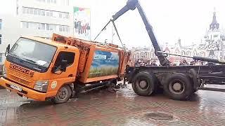 Провалившийся на Кирова мусоровоз вытащили с помощью крана
