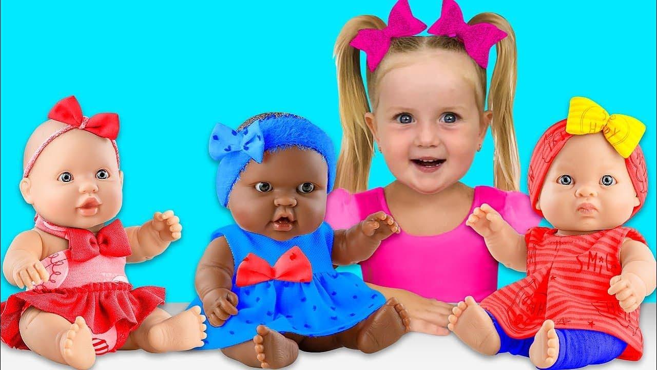 Sasha y los bebés fingen ser superhéroes reales y esculpen figuras de arena cinética