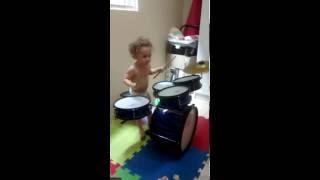 Criança tocando bateria com apenas 2 anos de idade.