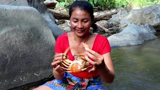 Survival skills: Catching a big crab by hand & grilled for eat - Burn crabs eating delicious #15