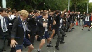 ילדי ניו זילנד בריקוד המסורתי לזכר הקורבנות