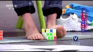 「天才少年手腳並用玩轉魔方 在22日晚央視熱播欄目#出彩中國人 中,來自廈門少年劍宇,天資聰穎,是四階、五階魔方最 1169146659839558」的複本