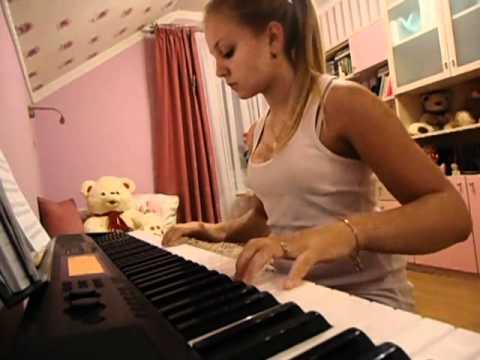 Девушка красиво играет на пианино. Музыка из к.ф Хатико