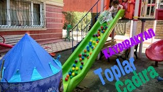 Parkta Top Dolu Çadırın İçine Kaydık Eğlenceli Çocuk Videosu
