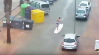 Un surfista por las calles de Tavernes de la Valldigna